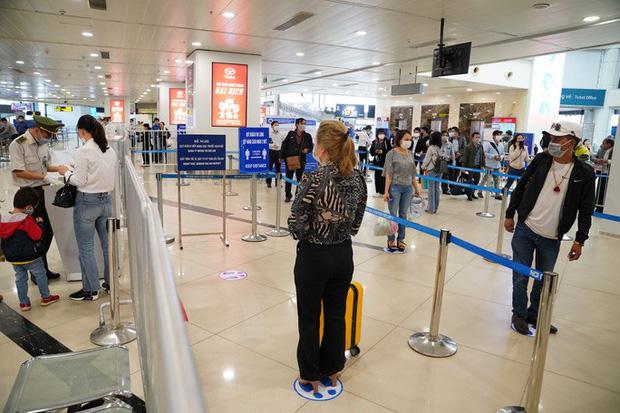 Chuyến bay tăng trở lại, sân bay Nội Bài thực hiện giãn cách ra sao? - Ảnh 2.