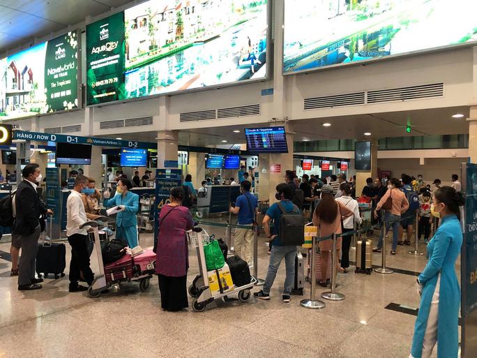 Sân bay Tân Sơn Nhất nhộn nhịp trở lại, dừng lấy mẫu xét nghiệm Covid-19 - Ảnh 1.